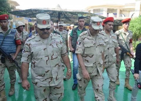 """خلال تفقده لجان الغردقة.. أحمد وصفي يغلق """"أزرار"""" البدلة العسكرية لجندي: """"انضبط"""""""