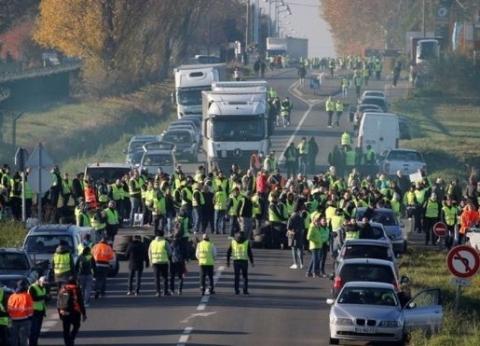 """بالصور  احتجاجات """"السترة الصفراء"""" تشعل باريس.. إصابات واعتقالات وعنف"""