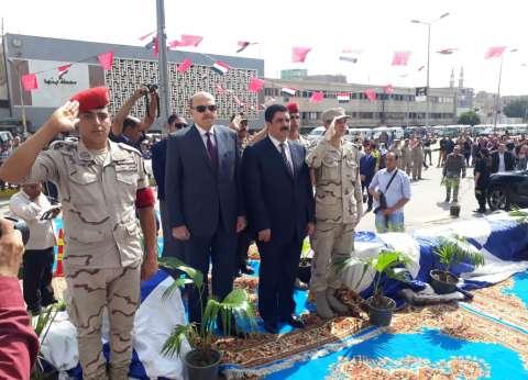 محافظ القليوبية يزور قبر أول شهيد في حرب أكتوبر: فخورون بأوفياء الوطن
