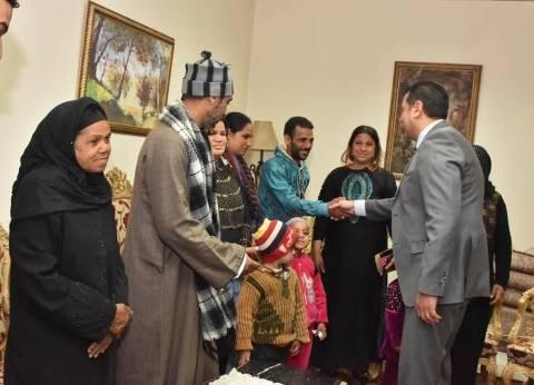 محافظ أسيوط يستقبل 23 أسرة قبطية وافدة من العريش