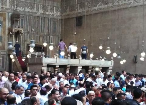 صور  عطل فني يعود بصلاة العيد في مسجد السلطان حسن 700 عام للوراء