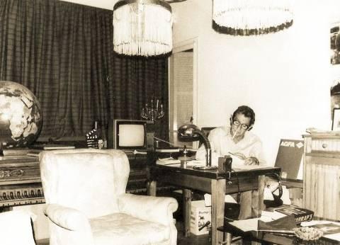 المكتب: جدران مزينة بصوره وأفيشات أفلامه وجوائزه وتكريماته فى المحافل الدولية