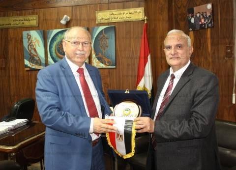 بالصور| رئيس جامعة طنطا يكرم أمين عام اتحاد الجامعات العربية