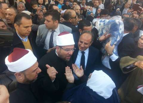 """وزير الأوقاف ومحافظ الإسكندرية يوزعان """"بطاطين"""" على الفقراء"""
