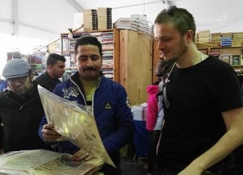 الأجنبى لما يزور مصر «يستنصح» فصال فى معرض الكتاب