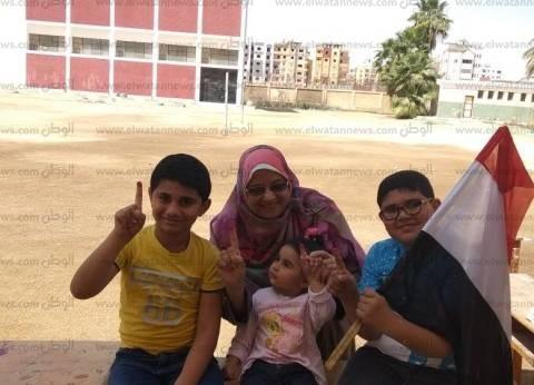 جدة تعلم أحفادها حب الوطن بإشراكهم بتجربة الانتخاب: هيا دي مصر يا ولاد