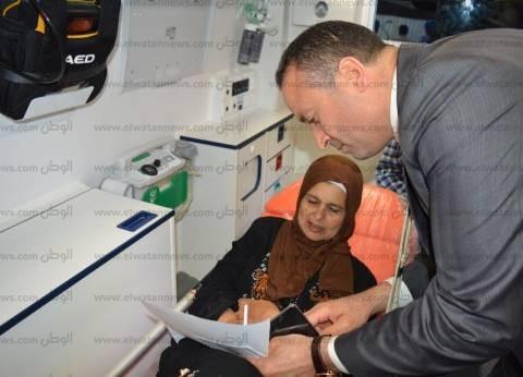 رئيس لجنة بالبحيرة يخرج لمريضة حضرت بسيارة إسعاف للإدلاء بصوتها