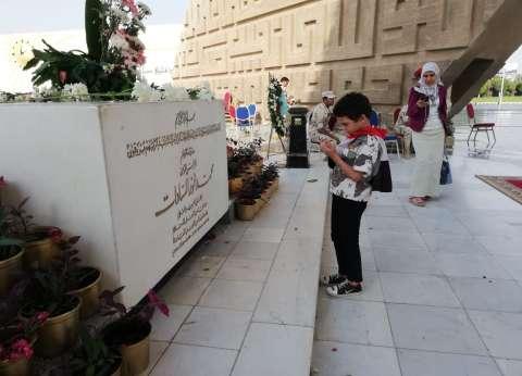 """طفل يدعو لشهداء الوطن أمام النصب التذكاري: """"نفسي أكون ضابط جيش"""""""