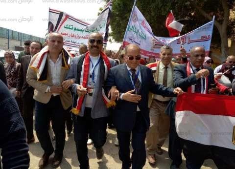 """بـ""""الأعلام"""".. مسيرة لقيادات """"التعليم"""" والنواب دعما للاستفتاء في الجيزة"""
