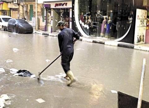 «عبدالسلام» تحت المطر: «باسلّك البلاعات علشان ما نغرقش»
