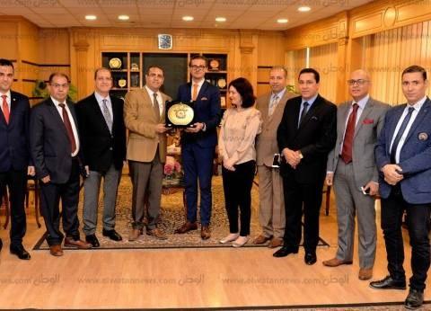 جامعة المنصورة تستقبل وفد جامعة مانشستر لإنشاء الدرجات العلمية الجديدة