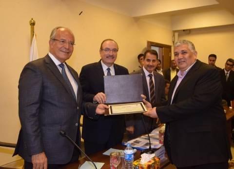 وزير التنمية المحلية يكرم 5 قيادات تنفيذية في بني سويف
