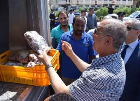 محافظ البحر الأحمر يتفقد سيارات السلع والمواد الغذائية