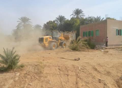 مركز الخارجة يواصل رفع القمامة والمخلفات بعدد من الأحياء
