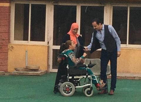 طارق علام يهدي شابة معاقة ذهنيًا كرسي كهربي والفتاة تبكي من الفرح