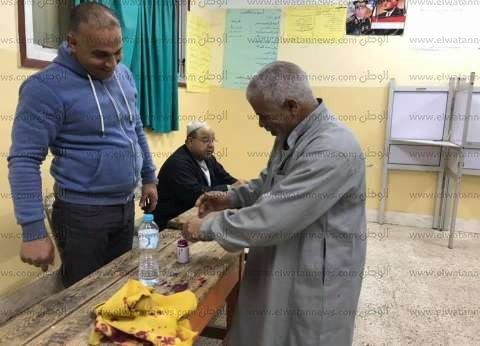 """أول مصوت في ثاني أيام الاستفتاء: """"جيت علشان مصر وأولادي"""""""