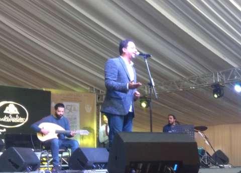 """علي الهلباوي يشعل مسرح معرض الكتاب بأغنية """"رقت عيناي عشقا"""""""