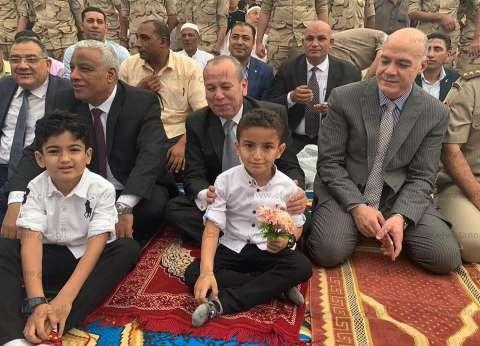 صور  محافظ كفر الشيخ يؤدي صلاة العيد ويصافح الأطفال والمواطنين