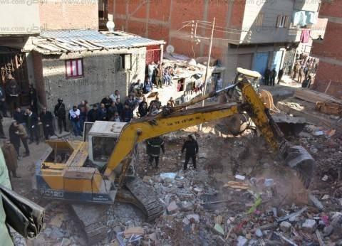 حصر 46 منزلا آيلا للسقوط في عزبة الصفيح بالمنصورة وهدم 100 سور