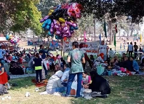توافد المواطنين على حدائق القناطر للاحتفال بشم النسيم
