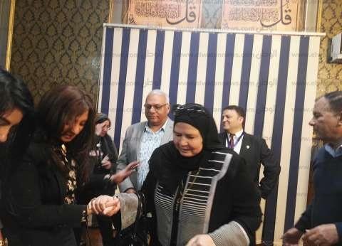 بالصور| والدةالشهيد مصطفى يسري عميرة تدلي بصوتها في لجنة تحمل اسمه