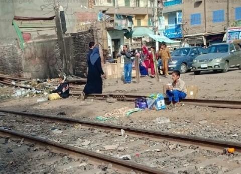 الطفل «بائع المناديل» على قضبان السكة الحديد: زوجة أبويا وراء هروبى من البيت والنوم مع «كلاب السكك»