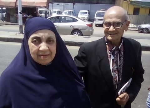 على الحلوة والمرة.. زوجان مسنان يصوتان بالاستفتاء: المشهد أعاد شبابنا