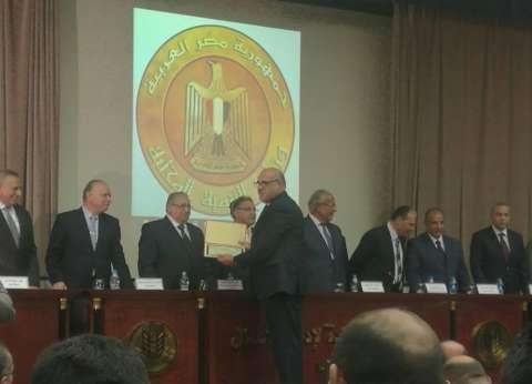 تكريم رئيس حي بولاق كأفضل صاحب مقترحات لتطوير الإدارة المحلية