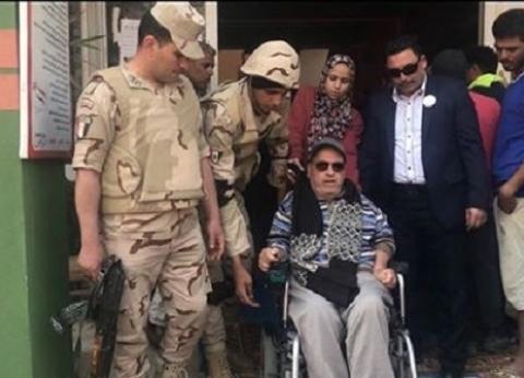 """على """"كرسي متحرك"""".. منصور يدعو المصريين للاستفتاء: """"التعديلات إيجابية"""""""