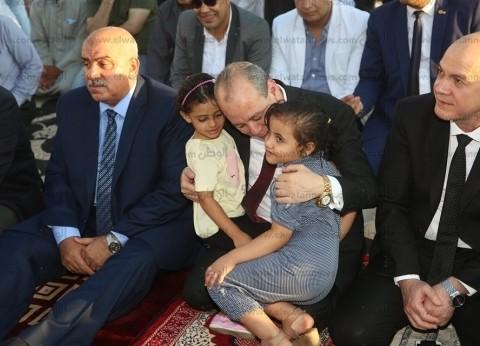 """محافظ كفر الشيخ يداعب الأطفال ويلتقط صورا معهم: """"إيه الحلاوة دي"""""""