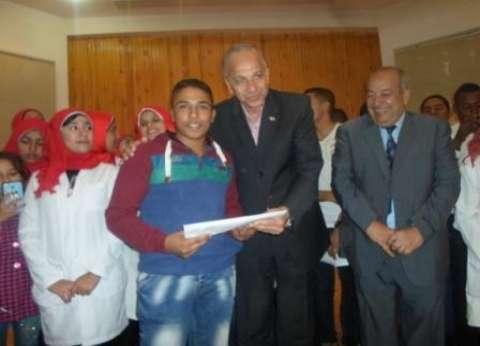 محافظ الوادي الجديد يكرم 10 من متفوقي مدارس ومعاهد التمريض في المحافظة