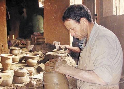 صناعة الفخار فى قرية جريس.. الأجداد كسبوا «دهب» والأحفاد يعانون: «لا تجارة ولا تصدير»