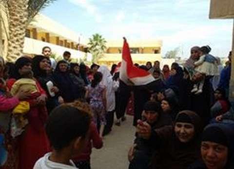 """إقبال كثيف من الناخبين في """"المندرة"""" بالفيوم.. والأطفال: """"تحيا مصر"""""""
