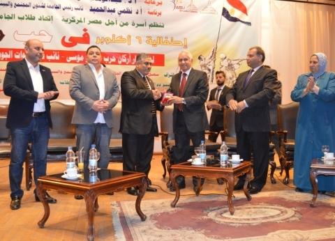 جامعة عين شمس تكرم أحد أبطال حرب أكتوبر