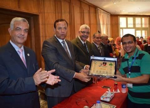 رئيس جامعة المنوفية يكرم رؤساء الوفود المشاركة بأسبوع شباب الجامعات