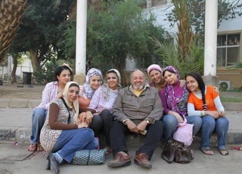 بالصور| لقطات نادرة من حياة محمد خان مع أبطال أفلامه