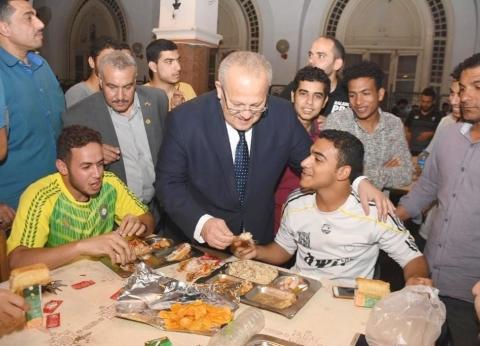 صور| رئيس جامعة القاهرة يؤم طلاب المدينة الجامعية ويشاركهم إفطار رمضان
