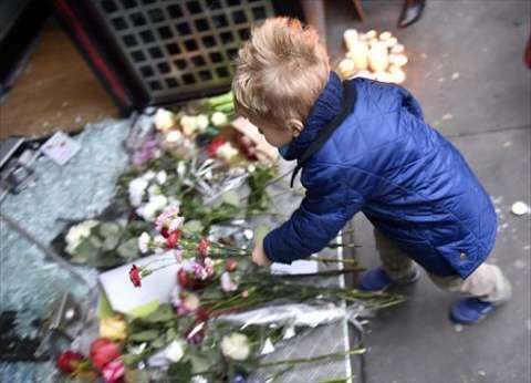 بالصور| الذهول والدموع على ملامح الفرنسيين أمام أماكن الهجمات في باريس