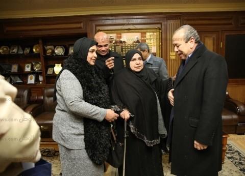 """محافظ كفر الشيخ يكرم الأم المثالية ويمنحها درع """"المحاربين القدماء"""""""