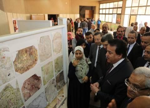 وزير التعليم العالي يتفقد معرض إنتاج الورش الفنية في صناعات النسيج