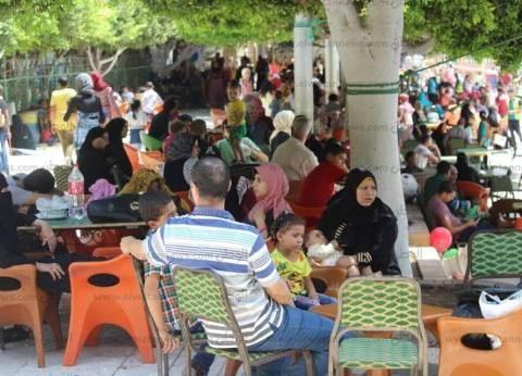 صور| توافد المئات على حدائق دسوق للتنزه في ثانى أيام العيد