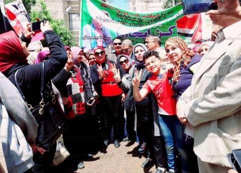 1200 معلم يطوفون وسط الإسكندرية بالأعلام لحث المواطنين على الاستفتاء