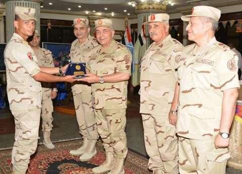 رئيس الأركان يلتقي أعضاء هيئة التدريس وطلبة الكلية الفنية العسكرية