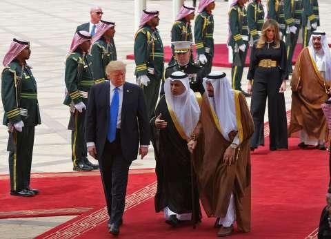 بالصور| استقبال حار للرئيس الأمريكي في مطار الملك خالد بالرياض