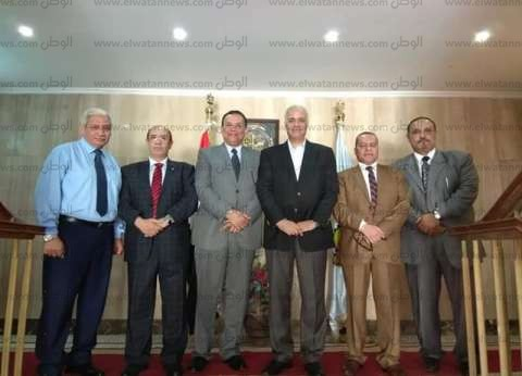 عودة رئيس جامعة أسيوط بعد مشاركته في زيارة فرع جامعة الإسكندرية بمطروح
