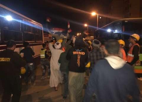 """رقصات على """"تسلم الأيادي"""" أمام لجنة الاستفتاء بالقاهرة الجديدة"""