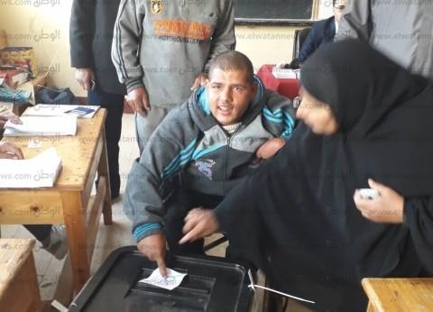 """شاب مُعاق يُدلى بصوته في كفر الشيخ: """"بشكر الوزراء ونفسي أقابل السيسي"""""""