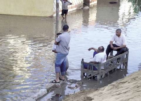 منازل «الدماس» الأسوانية تغرق فى «المجارى»..والأهالى يتنقلون بالقوارب