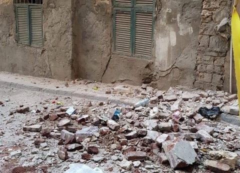 بالصور| معاينة عقار آيل للسقوط وسط الإسكندرية