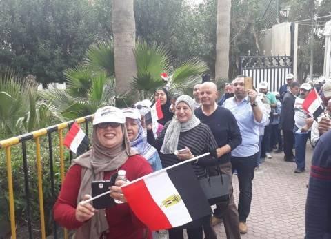بالصور| طوابير الناخبين المصريين تمتد أمام مقر السفارة بالكويت